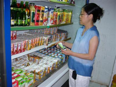 maman.buying.juice.jpg