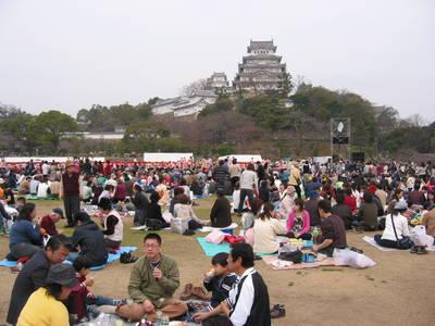 himeji.castle.picnic.jpg